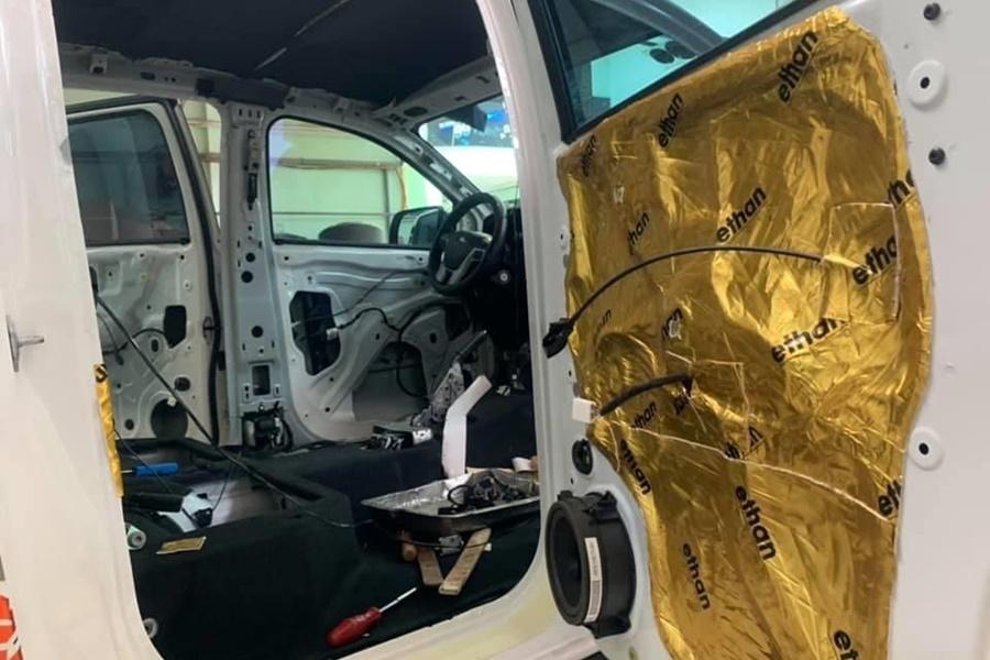 Cách âm chống ồn 4 cánh cửa cho xe ô tô 7 chỗ - Hình 1
