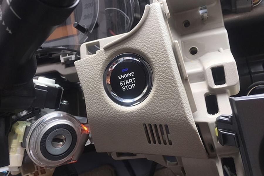 Nút bấm Startstop sang trọng nằm trên miếng dưỡng nhựa chuẩn Zin